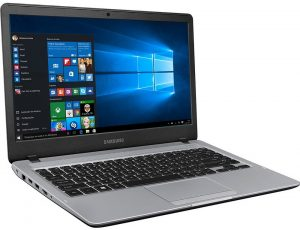 """Conheça o Notebook Samsung Essentials E35S NP300E4L-KW1BR com processador Intel Core i3 (6006U) de 2 GHz e 3 MB cache, 4GB de memória RAM, HD de 1 TB (5.400 RPM), Tela LED HD antirreflexiva de 14"""" com resolução máxima de 1366 X 768, Placa de Vídeo integrada Intel HD Graphics 520, Conexões USB e HDMI, Wi-Fi 802.11 ac, Não possui Drive de DVD, Bateria de 3 células (43 Wh), Peso aproximado de 1,6kg e Sistema Operacional Windows 10."""
