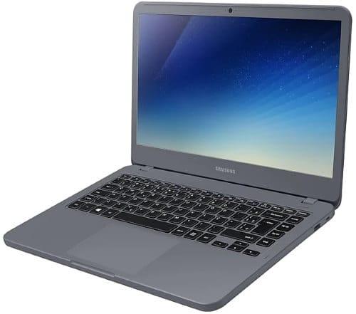 """O Notebook Samsung Essentials E35 NP340XAA-KW2BR possui processador Intel Core i3 (7020U) de 2.3 GHz e 3 MB cache, 4GB de memória RAM (DDR4 2133 MHz - expansível até 16GB), HD de 1 TB (5.400 RPM), Tela LED HD de 14"""" antirreflexiva com resolução máxima de 1366 x 768, Placa de Vídeo integrada Intel HD Graphics 620, Conexões USB e HDMI, Wi-Fi 802.11 b/g/n/ac, Não possui Drive de DVD, Bateria de 3 células(43Wh), Peso aproximado de 1,66kg e Sistema Operacional Windows 10 64 bits."""