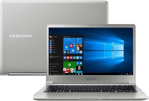 """O Notebook Samsung Style S50 NP900X3J-KWPBR possui processador Intel Core i7 (7500U) de 2.7 GHz a 3.5 GHz e 4 MB cache, 8GB de memória RAM (LPDDR3), SSD 256GB, Tela LED Full HD de 13,3"""" com resolução máxima de 1920 x 1080, Placa de Vídeo integrada Intel HD Graphics 620, Conexões USB e HDMI, Wi-Fi 802.11 b/g/n/ac, Não possui Drive de DVD, Bateria de 3 células (30Wh), Peso aproximado de 860g e Sistema Operacional Windows 10 Pro 64 bits."""