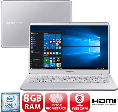 """O Notebook Samsung Style S51 NP900X3T-KW1BR possui processador Intel Core i7 (8550U - 8ª geração) de 1.8 GHz a 4 GHz e 8MB cache, 8GB de memória RAM (DDR4 - 2400 MHz), SSD 256GB (PCIe), Tela LED Full HD de 13,3"""" com resolução máxima de 1920 x 1080, Placa de Vídeo integrada Intel UHD Graphics 620, Conexões USB e HDMI, Wi-Fi 802.11 b/g/n/ac, Não possui Drive de DVD, Bateria de 6 células (75Wh), Peso aproximado de 995g e Sistema Operacional Windows 10 64 bits."""