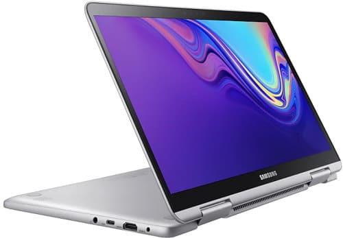 """O Notebook Samsung Style S51 Pen NP930QBE-KW1BR possui processador Intel Core i7 (8565U) de 1.8 GHz a 4.6 GHz e 8MB cache, 8GB de memória RAM (DDR4), SSD 256GB, Tela LED Full HD de 13,3"""" Touchscreen com resolução máxima de 1920 x 1080, Placa de Vídeo integrada Intel UHD Graphics 620, Conexões USB e HDMI, Wi-Fi 802.11 b/g/n/ac, Não possui Drive de DVD, Bateria de 3 células (39Wh), Peso aproximado de 995g e Sistema Operacional Windows 10 64 bits."""